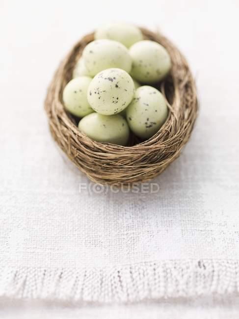 Closeup vista marzipã de ovos de Páscoa no ninho — Fotografia de Stock