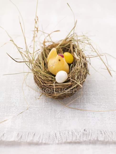Closeup vista do ninho de Páscoa com ovos de chick e açúcar fondant — Fotografia de Stock