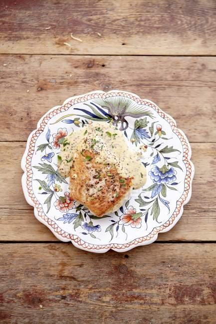 Vue de dessus de poitrine de poulet dans une sauce à la moutarde sur plaque — Photo de stock