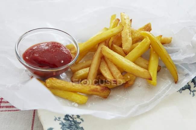 Patatas fritas y ketchup - foto de stock