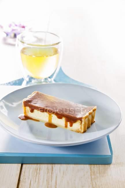 Tarta de queso con salsa de caramelo - foto de stock