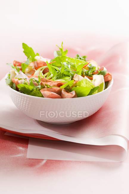 Closeup view of mixed leaf salad with pastrami — Stock Photo
