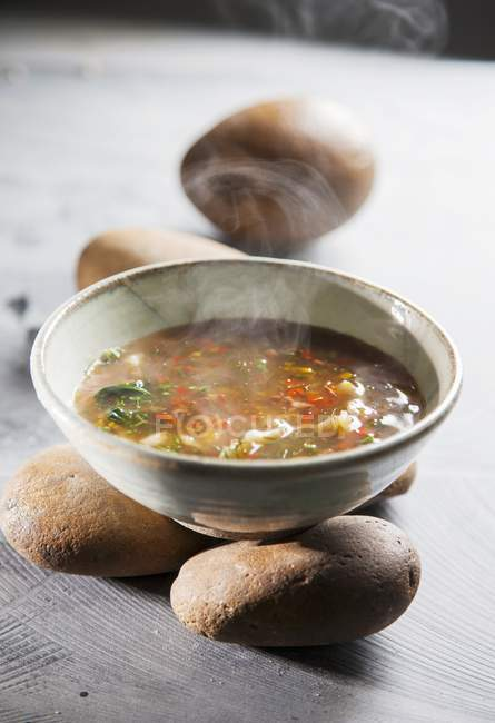 Detailansicht der Thai Tom Yum Suppe auf Steinen — Stockfoto