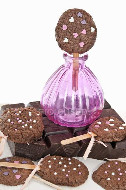 Lecca lecca di biscotto con cuori di zucchero — Foto stock