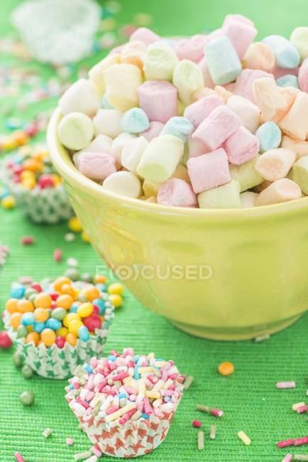 Coloridos mini malvaviscos - foto de stock
