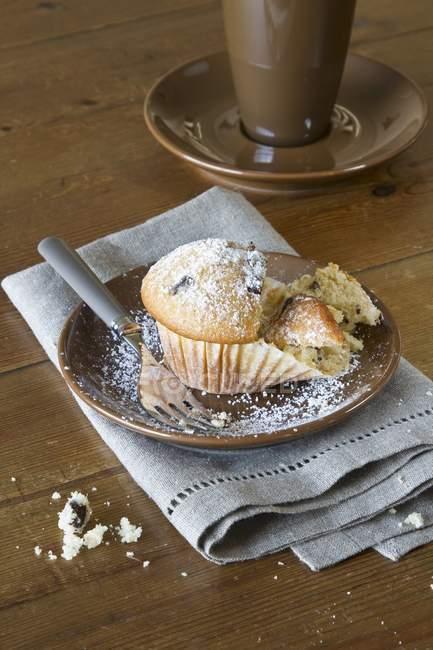Маффин с пудрой сахара на плите — стоковое фото