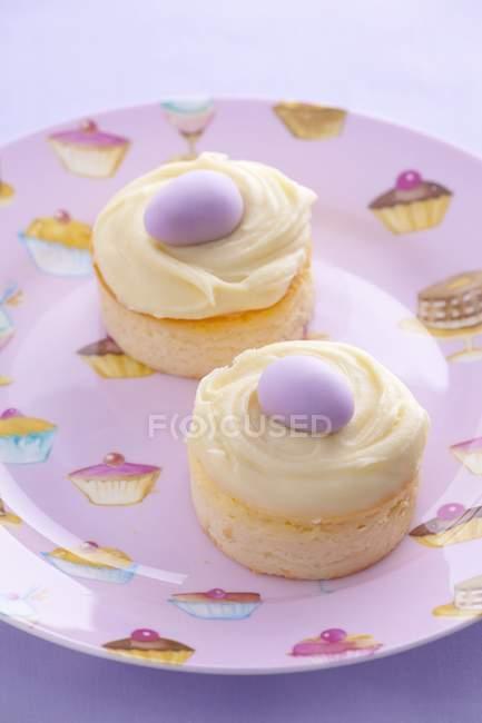 Mini tartas de queso con crema de vainilla - foto de stock