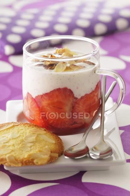 Flan de vainilla con fresas - foto de stock