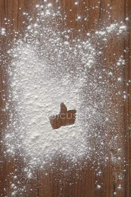 Closeup vista como símbolo na farinha na superfície de madeira — Fotografia de Stock