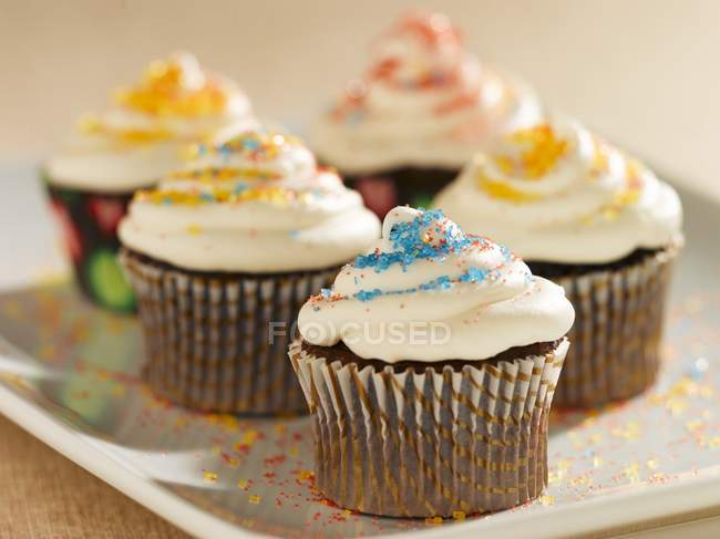 Шоколадные кексы с ванильной глазурью — стоковое фото