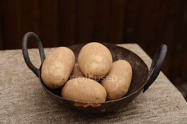 Pommes de terre crues de l'Idaho dans le vieux Wok — Photo de stock