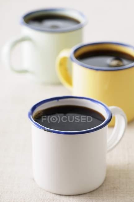 Schwarzen Kaffee in Emaille Becher — Stockfoto