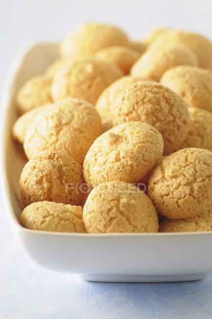 Много миндальное печенье в блюдо — стоковое фото