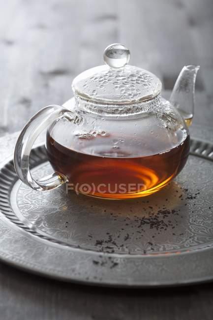 Thé dans la théière en verre — Photo de stock