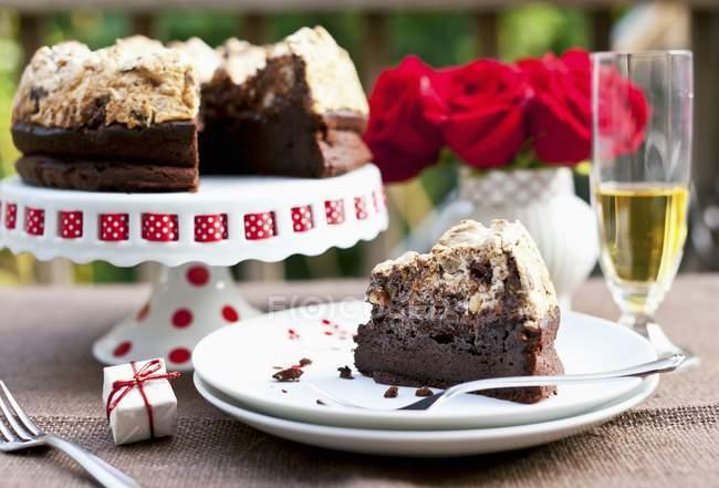 Ломтик шоколадный Фундук Безе Торт — стоковое фото