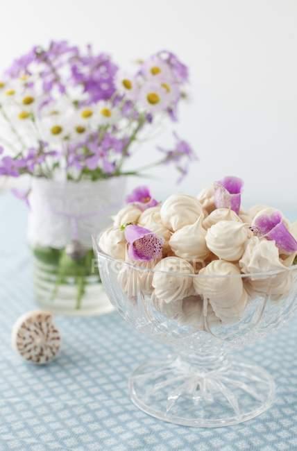 Безе печенье с лепестками цветов — стоковое фото
