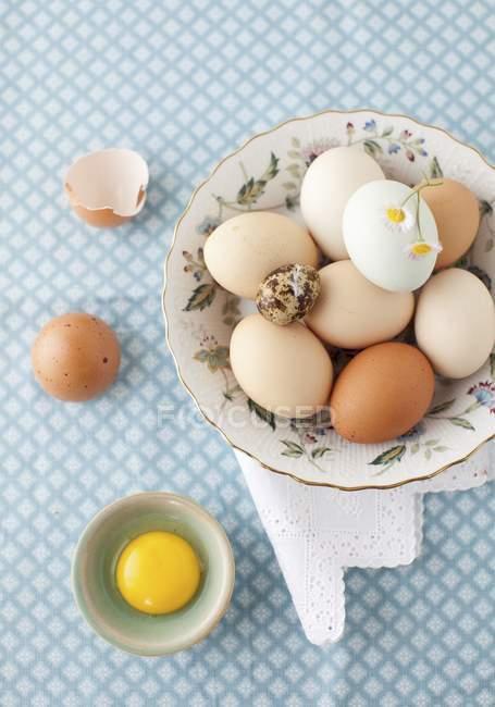 Яйца в миску с трещинами яйцо — стоковое фото