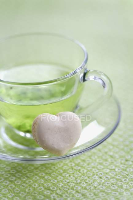 Vanilla macaroon with cup of green tea — Stock Photo