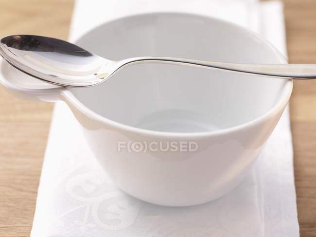 Vista de cerca de un cuenco de sopa vacío y cuchara - foto de stock