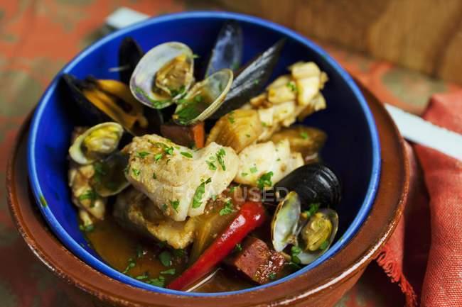 Ragoût de poisson avec moules et chorizo — Photo de stock