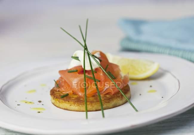 Blini con salmón ahumado - foto de stock