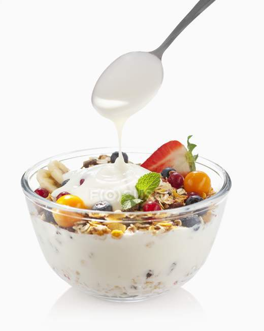 Yaourt sur bol de muesli fruits — Photo de stock