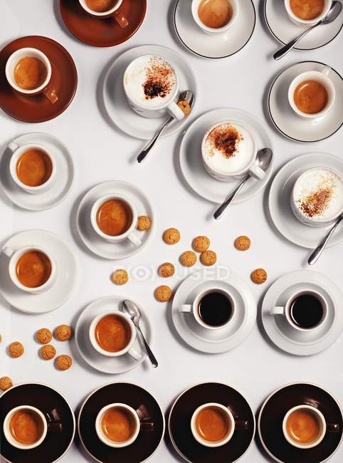 Cups of cappuccino with amaretti — Stock Photo