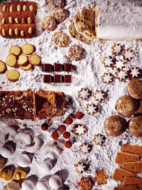 Christmas biscuits and cookies — Stock Photo