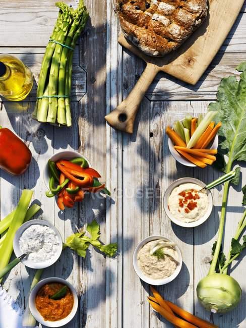 Сырые овощи и ассорти провалы на деревянные поверхности — стоковое фото