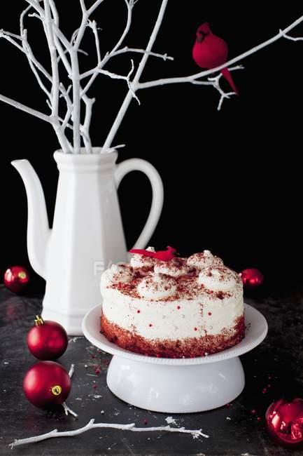 Красный бархат торт на пьедестал блюдо — стоковое фото