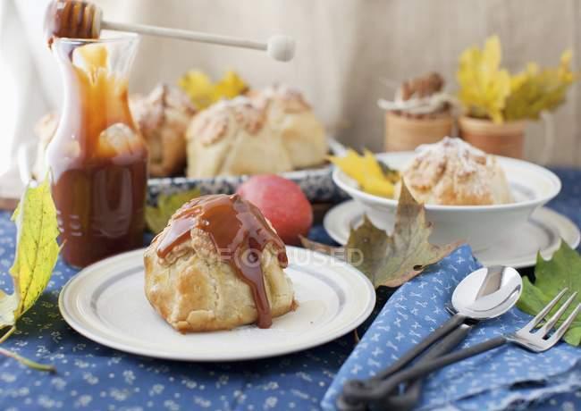 Apple клецками фаршированная сухие фрукты и домашнее карамельным соусом — стоковое фото
