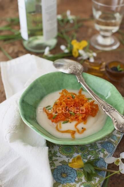 Суп из репы с полосками моркови — стоковое фото
