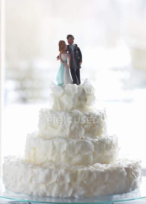 Torta de boda decorada con novios - foto de stock