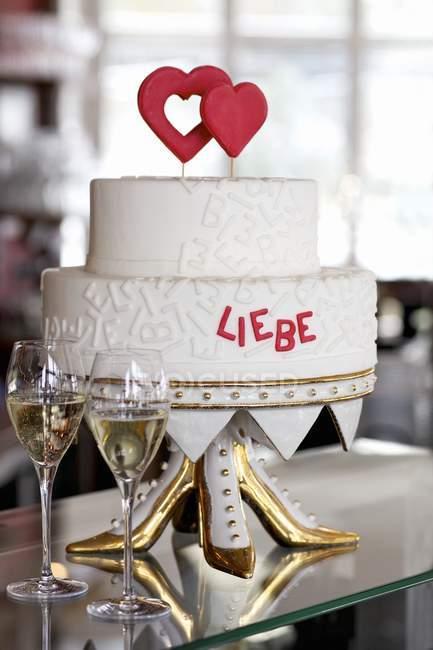 Свадебный торт с красным сердцем — стоковое фото