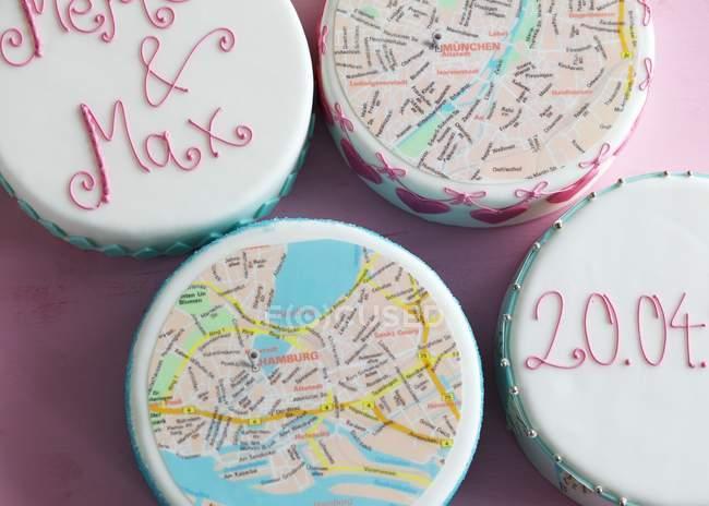 Торты увенчанный карты города Мюнхена и Гамбурга — стоковое фото