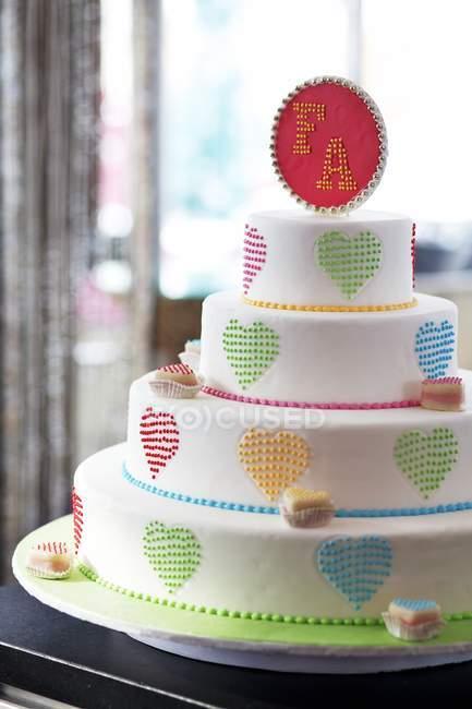 Яркий и веселый свадебный торт — стоковое фото