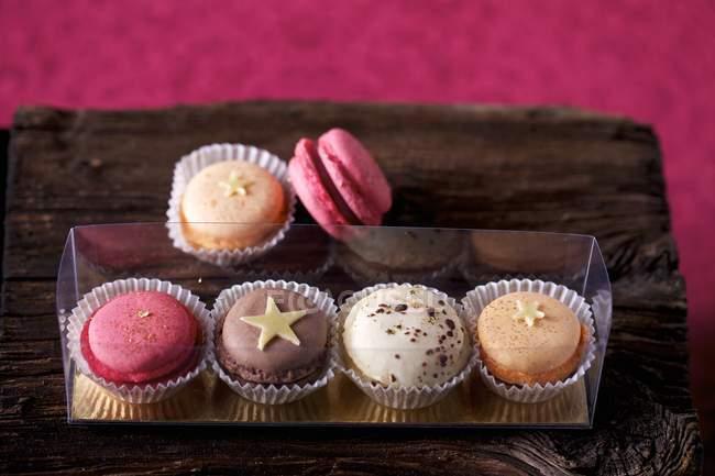 Цветные миндальное печенье на блюде — стоковое фото