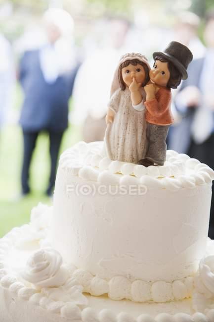Торт с декоративной невесты и жениха — стоковое фото