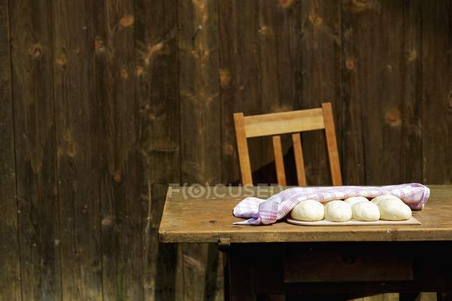 Dough balls with towel — Stock Photo