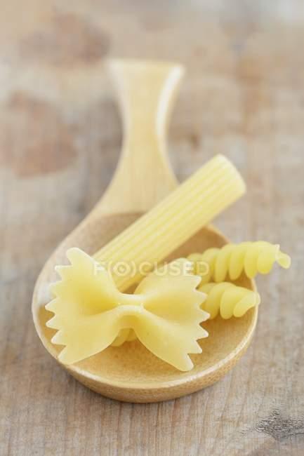 Varios tipos de pastas crudas - foto de stock