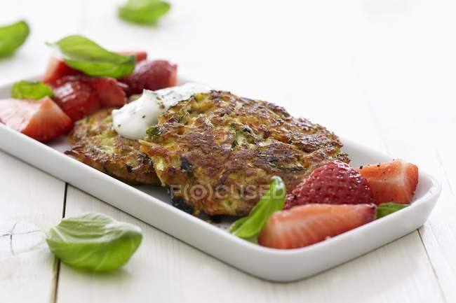 Closeup view of tofu burgers with strawberries and basil — Stock Photo