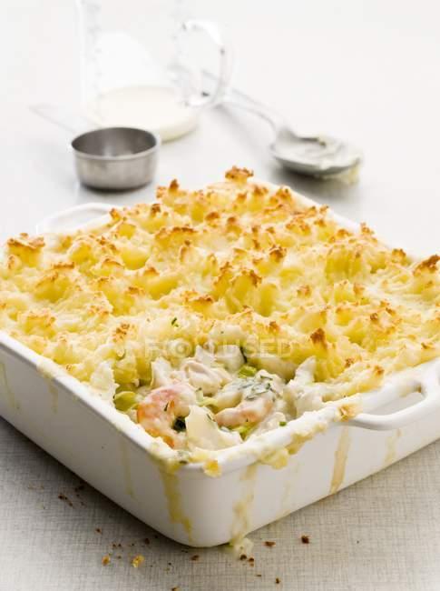 Рыбный пирог с креветками и картофельным пюре — стоковое фото