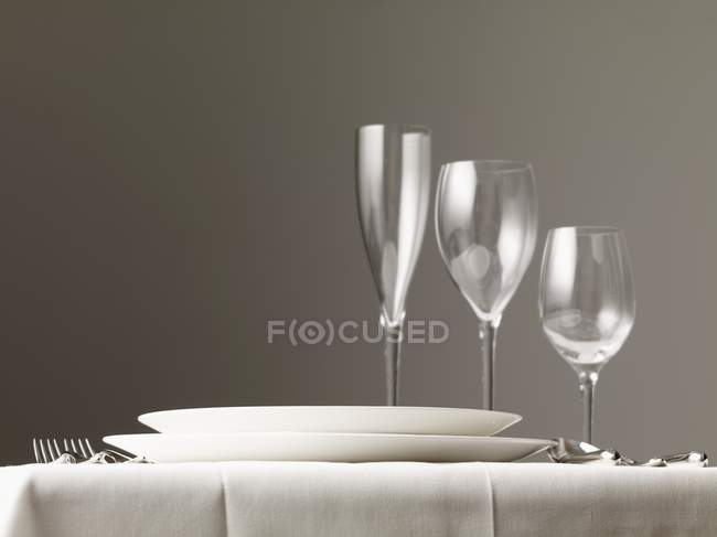 Seitenansicht der Tischdekoration mit Tellern, Gläsern und Besteck — Stockfoto