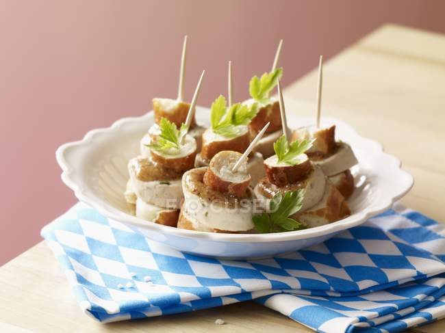 Кренделі і біла ковбаса шампури — стокове фото