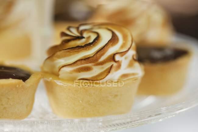 Шоколадный пирог с безе Топ — стоковое фото