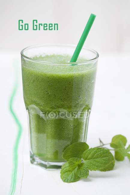 Reen smoothie with spinach — Stock Photo