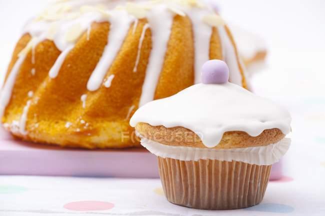 Пасхальный кулич и булочки, увенчанный сахарной пудры — стоковое фото