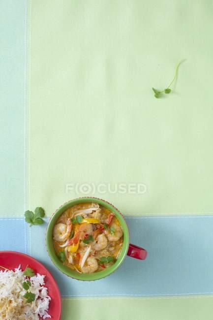 Würzige Garnelensuppe mit Reis — Stockfoto
