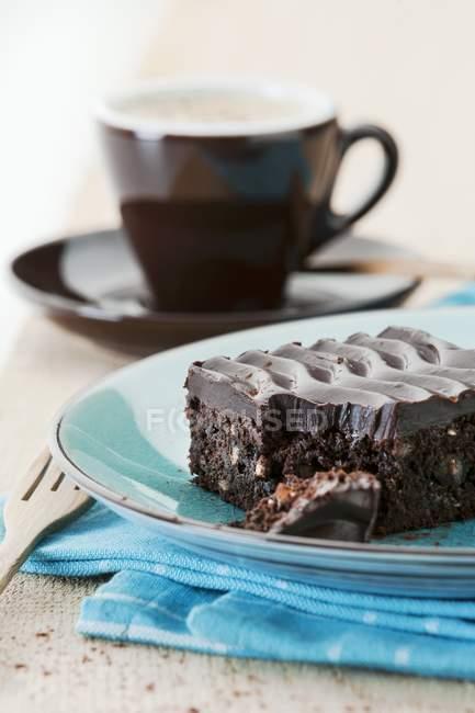 Brownie al forno fresco che serve sulla zolla blu — Foto stock