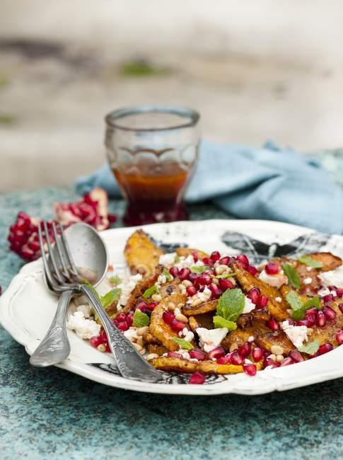 Салатом сквош на тарілку — стокове фото